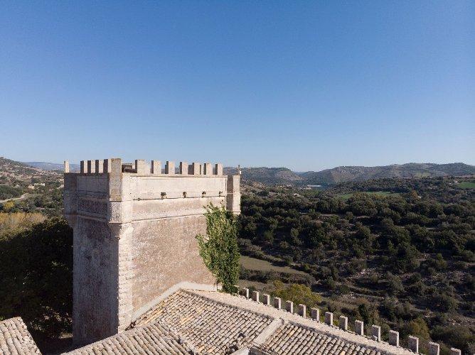 https://www.ragusanews.com//immagini_articoli/04-12-2020/1607083066-a-ragusa-si-vende-un-castello-per-un-milione-e-mezzo-di-euro-2-500.jpg