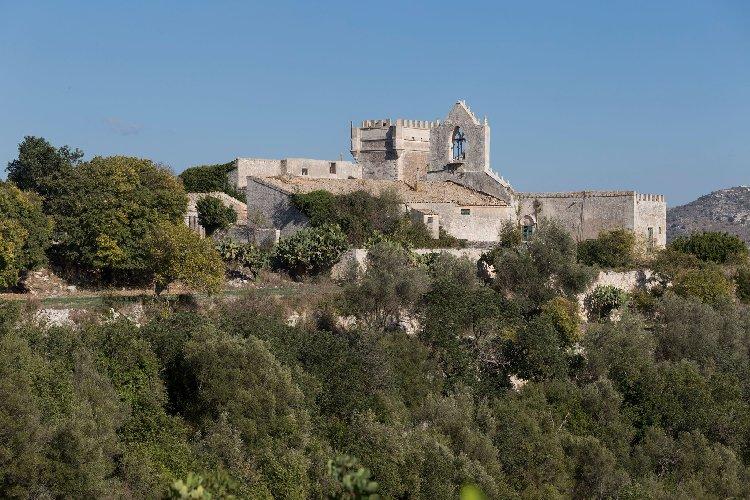 https://www.ragusanews.com//immagini_articoli/04-12-2020/1607083112-a-ragusa-si-vende-un-castello-per-un-milione-e-mezzo-di-euro-3-500.jpg