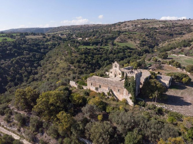 https://www.ragusanews.com//immagini_articoli/04-12-2020/a-ragusa-si-vende-un-castello-per-un-milione-e-mezzo-di-euro-500.jpg