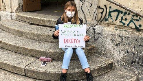 https://www.ragusanews.com//immagini_articoli/04-12-2020/anita-la-greta-al-contrario-protesta-al-freddo-per-tornare-a-scuola-280.jpg