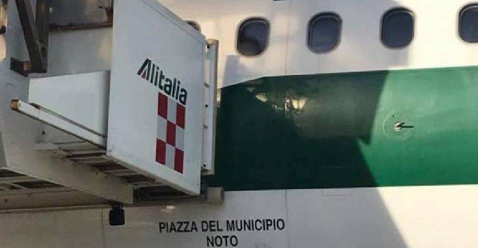 https://www.ragusanews.com//immagini_articoli/05-01-2018/noto-alitalia-dedica-aereo-piazza-municipio-500.jpg