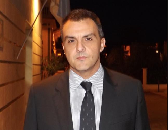 https://www.ragusanews.com//immagini_articoli/05-01-2019/camice-rosso-emanuele-caggia-scrittore-500.png