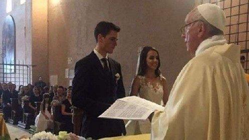 https://www.ragusanews.com//immagini_articoli/05-01-2021/hanno-un-ristorante-a-roma-decidono-di-sposarsi-celebra-papa-francesco-280.jpg