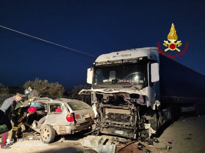 https://www.ragusanews.com//immagini_articoli/05-01-2021/incidente-con-tre-morti-a-rosolini-procura-apre-inchiesta-500.jpg