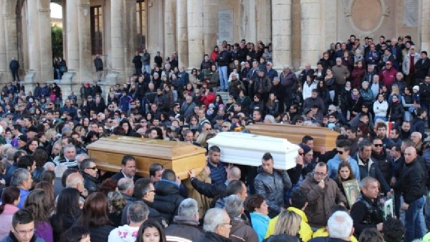 http://www.ragusanews.com//immagini_articoli/05-02-2014/tragedia-di-noto-in-migliaia-ai-funerali-500.jpg