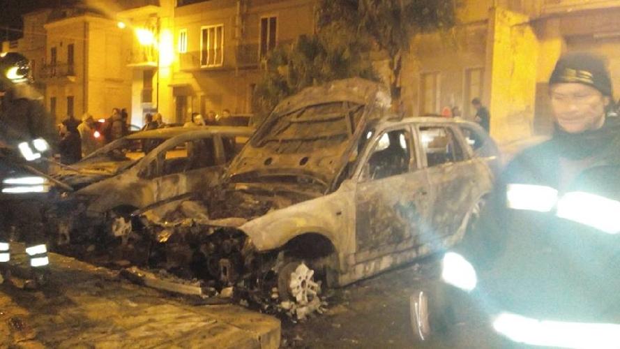 http://www.ragusanews.com//immagini_articoli/05-02-2015/due-auto-a-fuoco-in-piazza-saffi-500.jpg