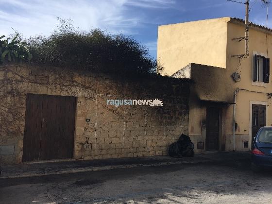 http://www.ragusanews.com//immagini_articoli/05-02-2017/incendiata-ford-donnalucata-sfiorata-tragedia-420.jpg