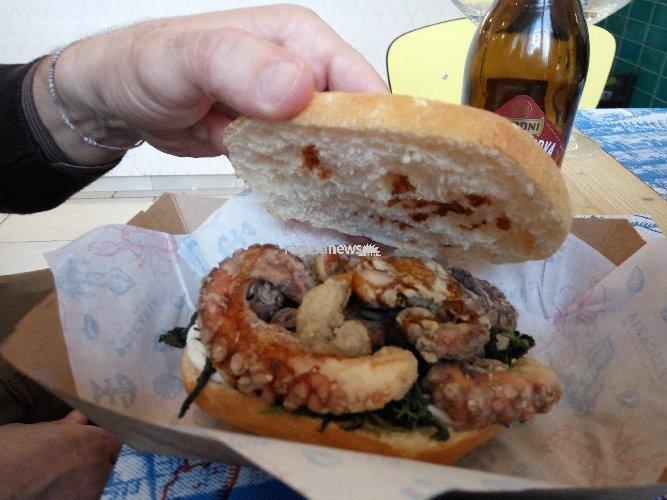 https://www.ragusanews.com//immagini_articoli/05-02-2018/pescaria-panini-gourmet-pesce-milano-foto-500.jpg