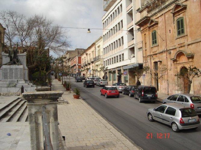 https://www.ragusanews.com//immagini_articoli/05-02-2018/tenta-suicidio-corso-italia-sottoposto-500.jpg
