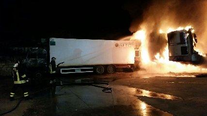 https://www.ragusanews.com//immagini_articoli/05-02-2018/vittoria-fuoco-camion-ditta-ecology-240.jpg