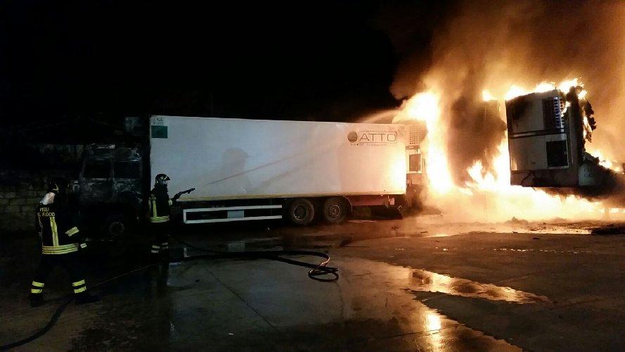 https://www.ragusanews.com//immagini_articoli/05-02-2018/vittoria-fuoco-camion-ditta-ecology-500.jpg