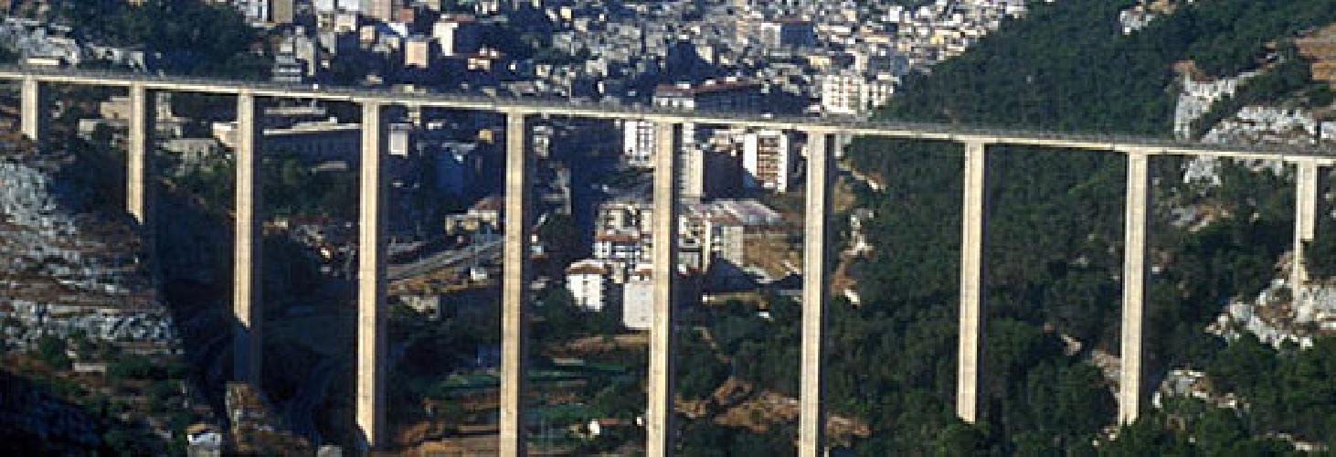 http://www.ragusanews.com//immagini_articoli/05-03-2014/modica-chiude-al-traffico-il-ponte-guerrieri-che-si-fa-500.jpg