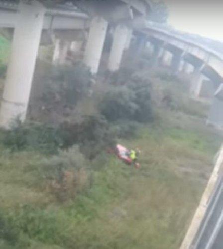 https://www.ragusanews.com//immagini_articoli/05-03-2021/auto-precipita-da-viadotto-sulla-pa-ct-grave-una-donna-e-c-e-disperso-500.jpg