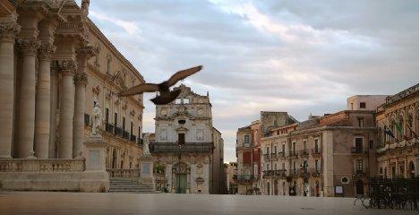https://www.ragusanews.com//immagini_articoli/05-04-2020/lo-spot-barilla-la-voce-di-sofia-loren-e-piazza-duomo-a-siracusa-240.jpg