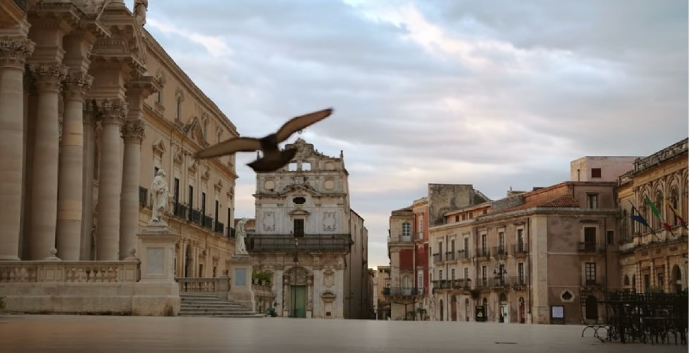 https://www.ragusanews.com//immagini_articoli/05-04-2020/lo-spot-barilla-la-voce-di-sofia-loren-e-piazza-duomo-a-siracusa-500.jpg