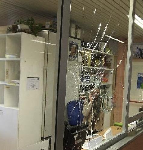 https://www.ragusanews.com//immagini_articoli/05-05-2014/di-nuovo-in-azione-i-picchiatori-delle-vetrine-dei-telefonini-500.jpg