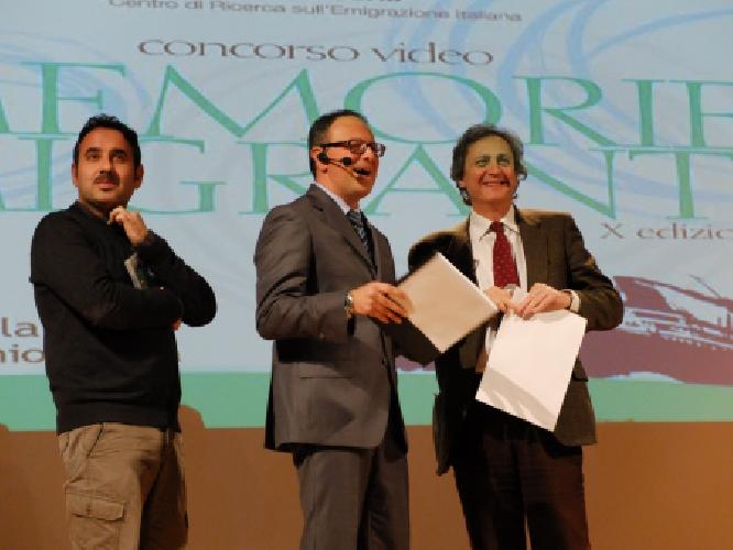 http://www.ragusanews.com//immagini_articoli/05-05-2014/la-terramadre-di-giuseppe-tumino-premiata-a-gualdo-tadino-500.jpg