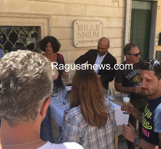 http://www.ragusanews.com//immagini_articoli/05-05-2016/a-fine-set-zingaretti-festeggia-a-sorpresa-una-collaboratrice-con-spumante-500.jpg
