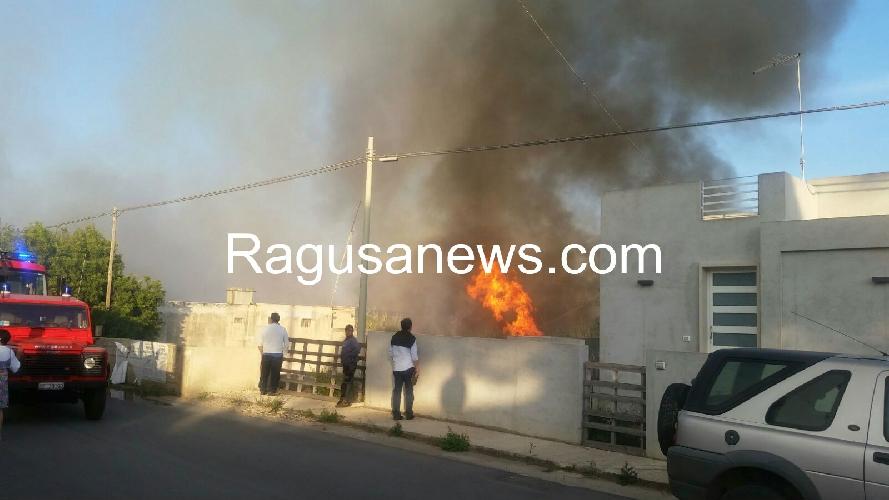 http://www.ragusanews.com//immagini_articoli/05-05-2016/grosso-incendio-a-marina-di-modica-video-500.jpg
