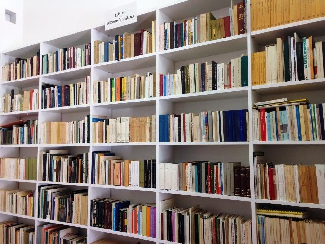 http://www.ragusanews.com//immagini_articoli/05-05-2017/1300-libri-donati-fondazione-bufalino-500.jpg
