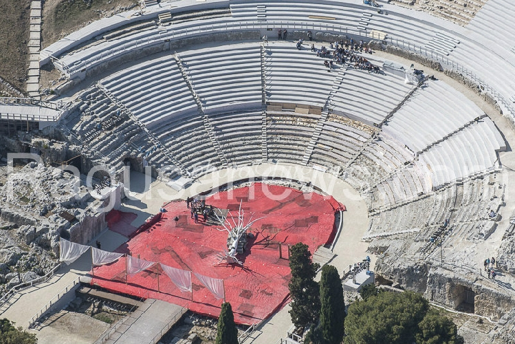 http://www.ragusanews.com//immagini_articoli/05-05-2017/prove-teatro-greco-siracusa-avete-viste-500.jpg