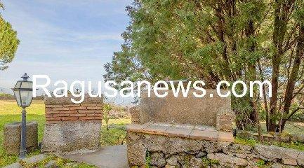 https://www.ragusanews.com//immagini_articoli/05-05-2019/1557091968-villa-di-battiato-in-vendita-a-milo-spuntano-foto-1-240.jpg