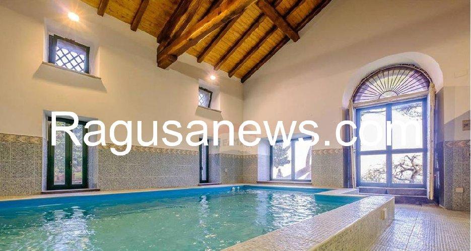 https://www.ragusanews.com//immagini_articoli/05-05-2019/1557092617-villa-di-battiato-in-vendita-a-milo-spuntano-foto-1-500.jpg