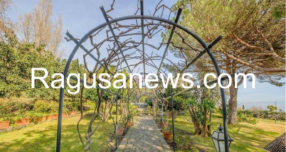 https://www.ragusanews.com//immagini_articoli/05-05-2019/1557092852-villa-di-battiato-in-vendita-a-milo-spuntano-foto-1-500.jpg