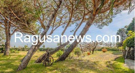 https://www.ragusanews.com//immagini_articoli/05-05-2019/1557092997-villa-di-battiato-in-vendita-a-milo-spuntano-foto-1-240.jpg