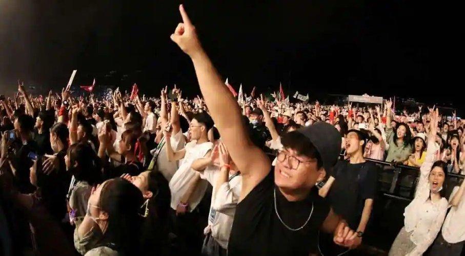 https://www.ragusanews.com//immagini_articoli/05-05-2021/1620199048-wuhan-oggi-11mila-persone-ammassate-senza-mascherina-foto-video-1-500.jpg