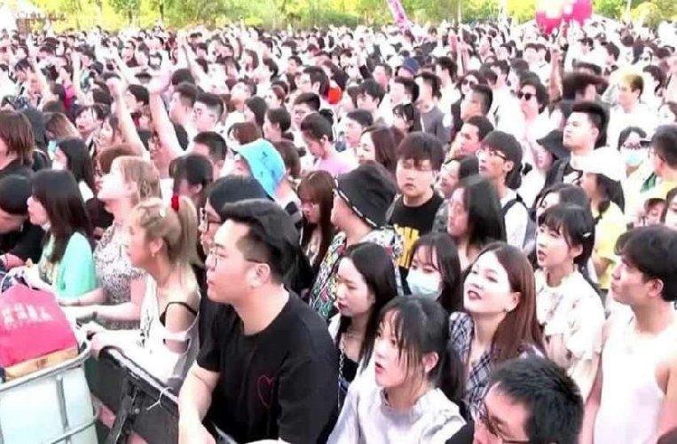 https://www.ragusanews.com//immagini_articoli/05-05-2021/1620199048-wuhan-oggi-11mila-persone-ammassate-senza-mascherina-foto-video-2-500.jpg