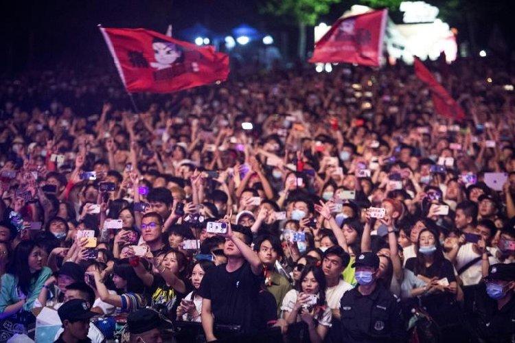 https://www.ragusanews.com//immagini_articoli/05-05-2021/wuhan-oggi-11mila-persone-ammassate-senza-mascherina-foto-video-500.jpg