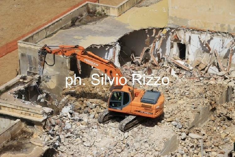 http://www.ragusanews.com//immagini_articoli/05-06-2014/inno-alla-demolizione-della-caserma-di-punta-secca-500.jpg