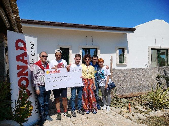 https://www.ragusanews.com//immagini_articoli/05-06-2019/conad-consegna-un-assegno-da-10500-euro-casa-di-toti-500.jpg