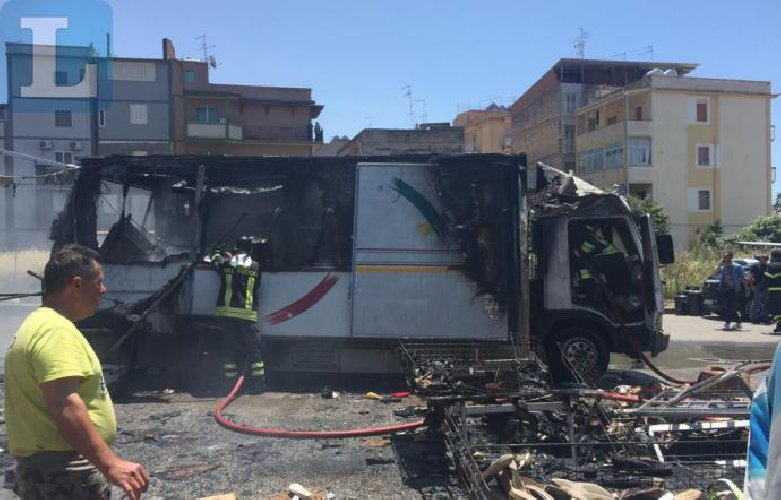 Gela, esplode camion rosticceria in un mercato: 7 feriti, 2 gravi
