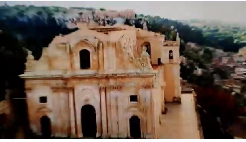 https://www.ragusanews.com//immagini_articoli/05-06-2020/sky-inaugura-canale-vacanze-italia-e-sceglie-scicli-video-500.jpg