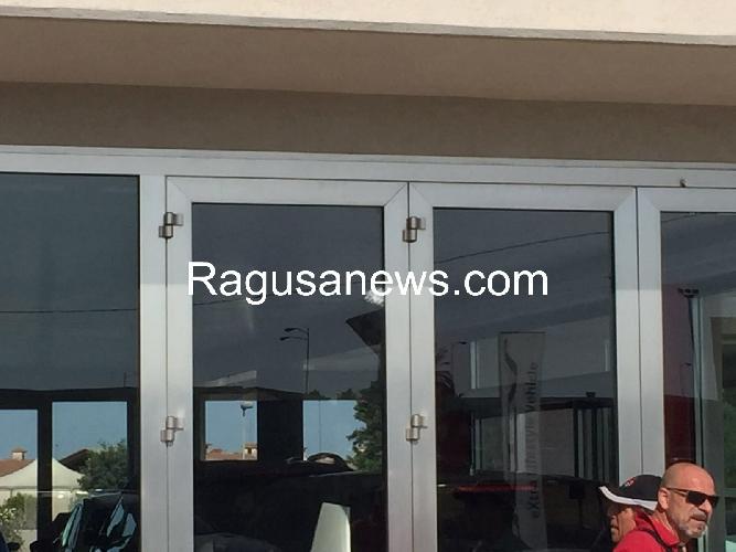 http://www.ragusanews.com//immagini_articoli/05-07-2016/colpi-di-pistola-contro-una-concessionaria-d-auto-500.jpg