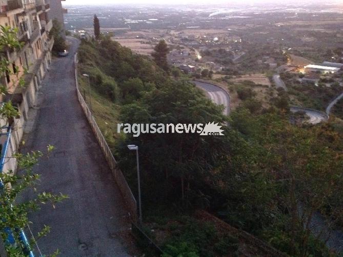 https://www.ragusanews.com//immagini_articoli/05-07-2017/chiaramonte-quartiere-buio-pieno-sterpaglie-appello-residenti-500.jpg