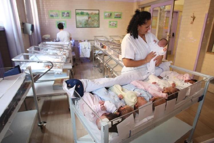 http://www.ragusanews.com//immagini_articoli/05-07-2017/neonati-fronte-posti-letto-dimette-primario-pediatria-500.jpg