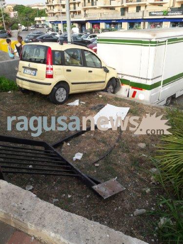 https://www.ragusanews.com//immagini_articoli/05-07-2018/panda-fuori-strada-finisce-sulle-scale-piazzale-bruno-500.jpg
