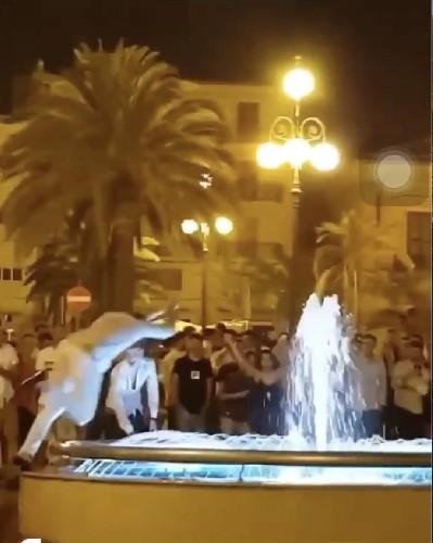 https://www.ragusanews.com//immagini_articoli/05-07-2020/il-video-dei-tuffi-nelle-fontane-pubbliche-di-pozzallo-500.jpg