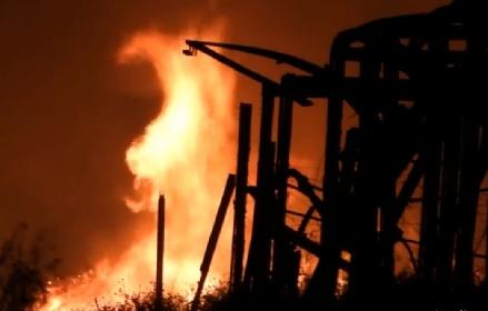 https://www.ragusanews.com//immagini_articoli/05-07-2021/la-sicilia-brucia-fiamme-di-notte-anche-a-marina-di-acate-video-280.jpg