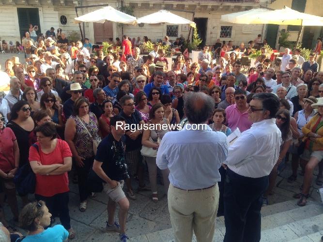 http://www.ragusanews.com//immagini_articoli/05-08-2014/le-passeggiate-barocche-con-i-proff-nifosi-e-barone-500.jpg