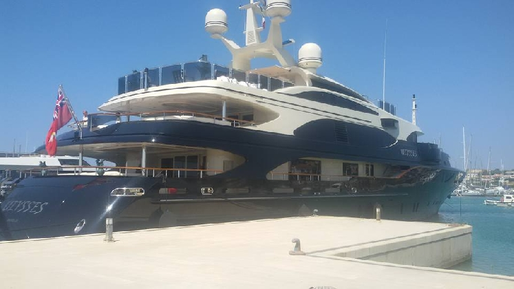 https://www.ragusanews.com//immagini_articoli/05-08-2016/ulysses-lo-yacht-da-sogno-vola-da-costa-di-carro-a-marina-420.jpg