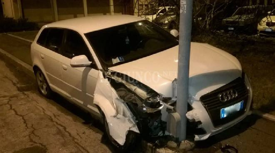 http://www.ragusanews.com//immagini_articoli/05-08-2017/auto-palo-incidente-fiumara-500.jpg