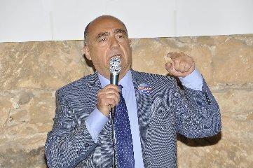https://www.ragusanews.com//immagini_articoli/05-08-2018/investito-sindaco-santa-croce-240.jpg