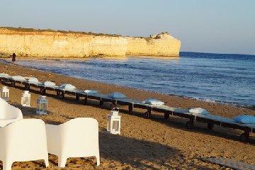https://www.ragusanews.com//immagini_articoli/05-08-2019/1565035631-porto-ulisse-beach-al-centro-trend-foto-3-240.jpg