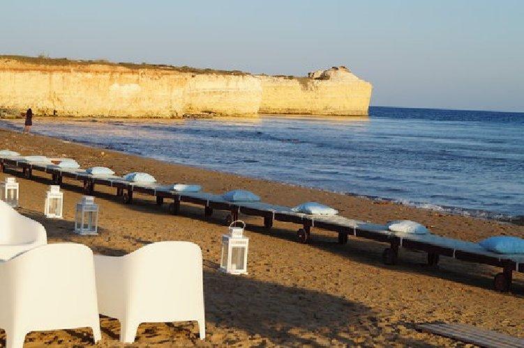 https://www.ragusanews.com//immagini_articoli/05-08-2019/1565035631-porto-ulisse-beach-al-centro-trend-foto-3-500.jpg