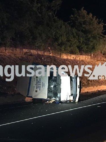 https://www.ragusanews.com//immagini_articoli/05-08-2019/incidente-ragusa-marina-di-ragusa-cappotta-un-camion-500.jpg