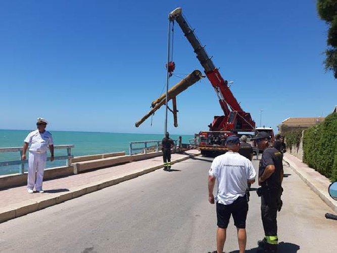 https://www.ragusanews.com//immagini_articoli/05-08-2019/rimosso-un-grosso-tubo-metallico-spiaggia-di-scoglitti-500.jpg